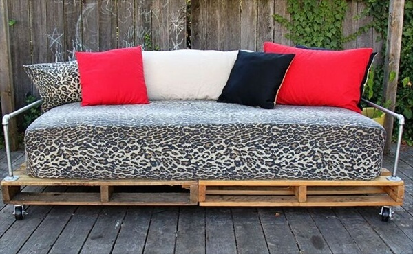 outdoor pallet daybed
