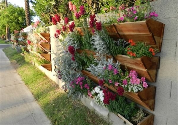13 pallet vertical garden for beautifying you home for Vertical pallet garden bed