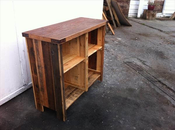 recycled pallet media table