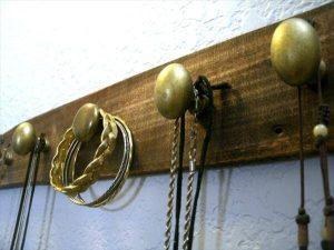 diy pallet jewelry rack