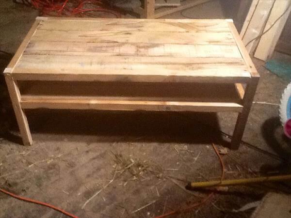 Diy reclaimed pallet wood table pallet furniture diy for Reclaimed wood coffee table diy