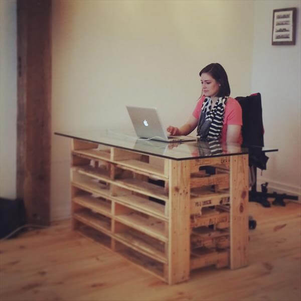 Diy Wood Pallet Desk Pictures to pin on Pinterest