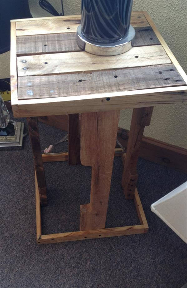 Diy rustic pallet side table pallet furniture diy for Diy rustic end tables