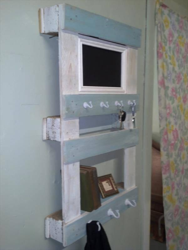 DIY Shabby Chic Pallet Shelf Pallet Furniture DIY : rustic shabby chic pallet shelf and wall organizer from palletfurniturediy.com size 600 x 800 jpeg 34kB