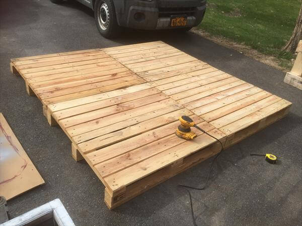 Diy pallet platform bed design pallet furniture diy for Pallet platform bed with storage
