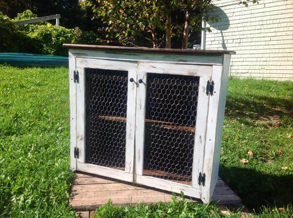 DIY Retro Styled Pallet Media Cabinet with Chicken Wire Doors & Pallet Media Cabinet + Chicken Wire | Pallet Furniture DIY Pezcame.Com
