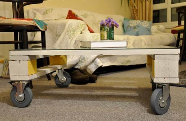 Diy Pallet Small Coffee Table With A Gl Top And Wheels