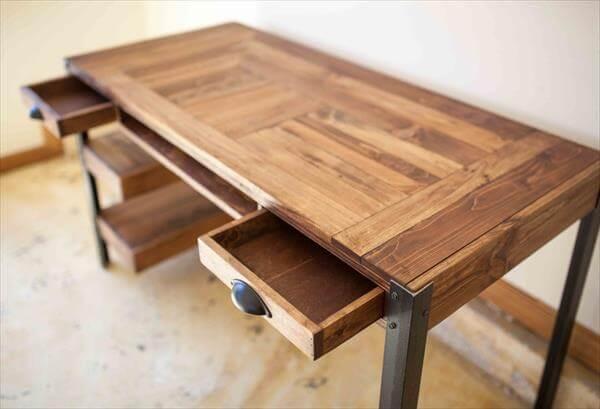 Reclaimed pallet desk for office work