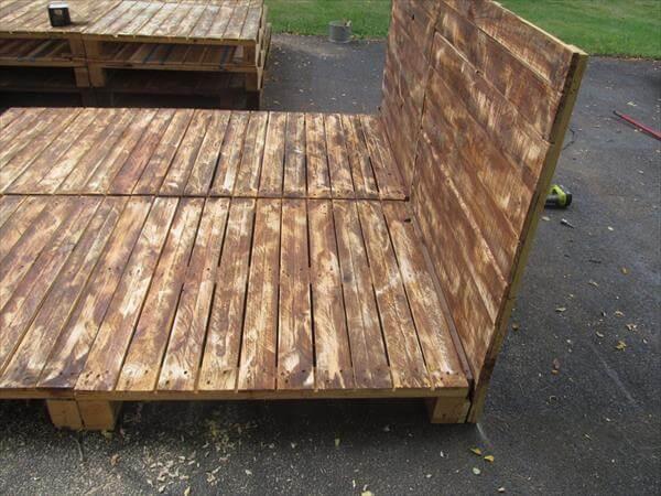 Pallet Platform Bed with Headboard | Pallet Furniture DIY