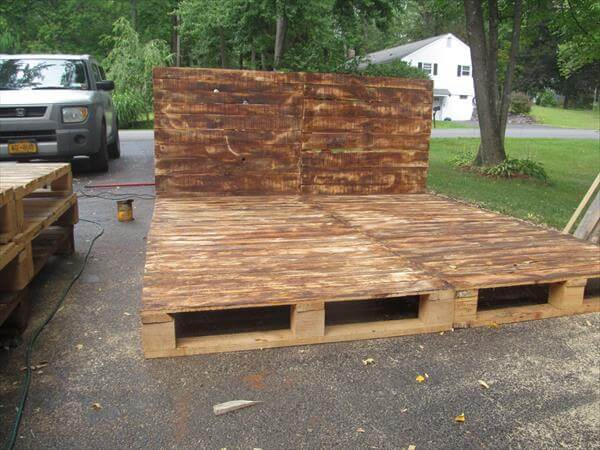 Pallet Platform Bed with Headboard | Pallet Furniture DIY