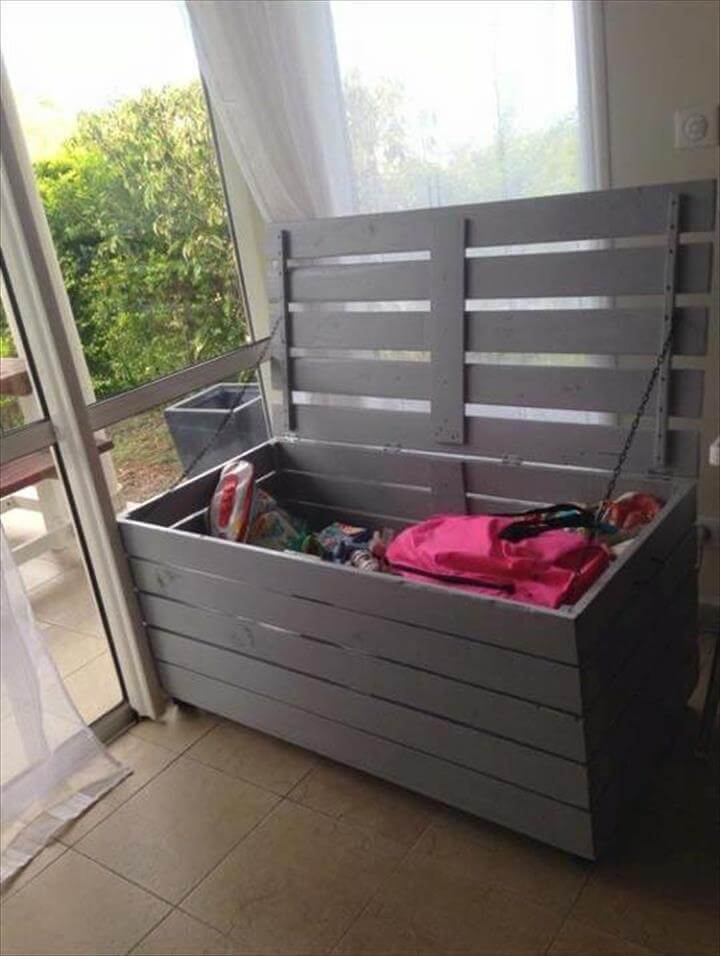 Storage chest made from pallets pallet furniture diy for Storage box made from pallets