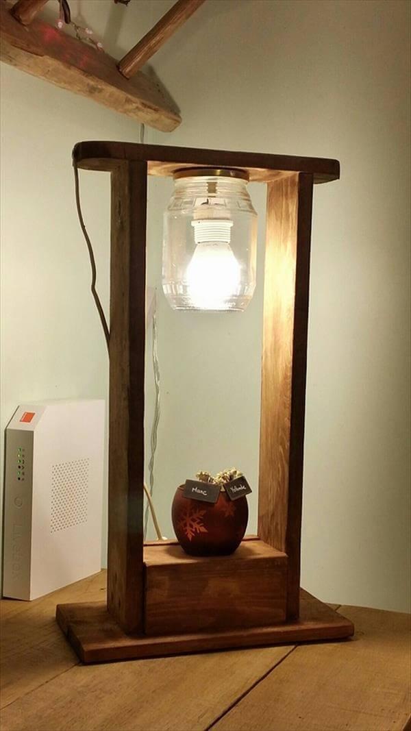 wooden pallet and mason jar lamp