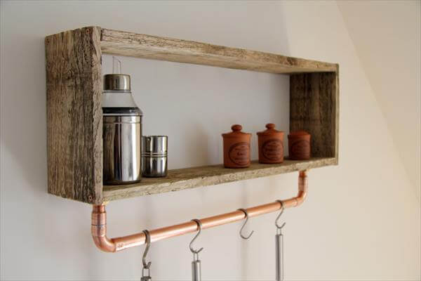 Pallet shelf with pipe tool rack pallet furniture diy - Etagere deco cuisine ...