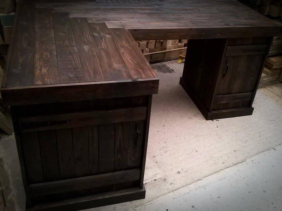 Diy wooden pallet corner desk pallet furniture diy - Diy small corner desk ...