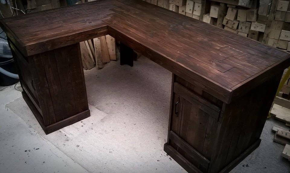 ... and this pallet desk would really help to create such ambiance around