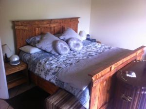 low-cost wooden pallet bed