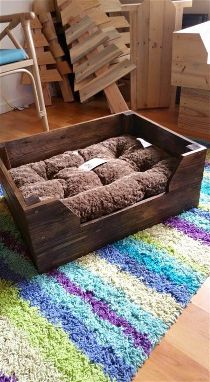 Easy to make pallet dog bed pallet furniture diy for Beds made with pallets