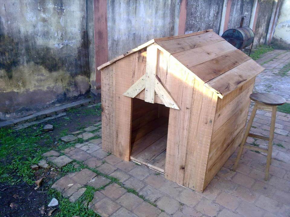 recycled pallet doghouse
