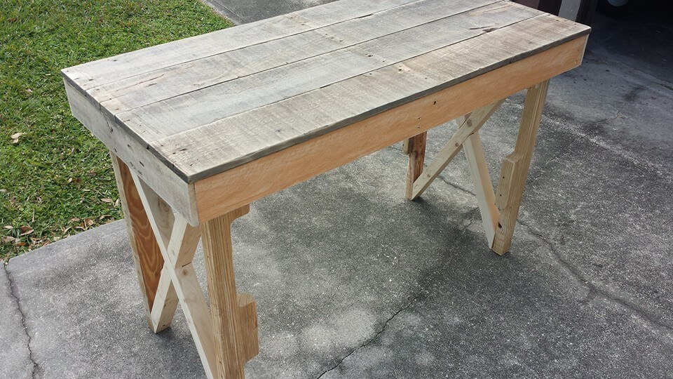 low-cost wooden pallet desk