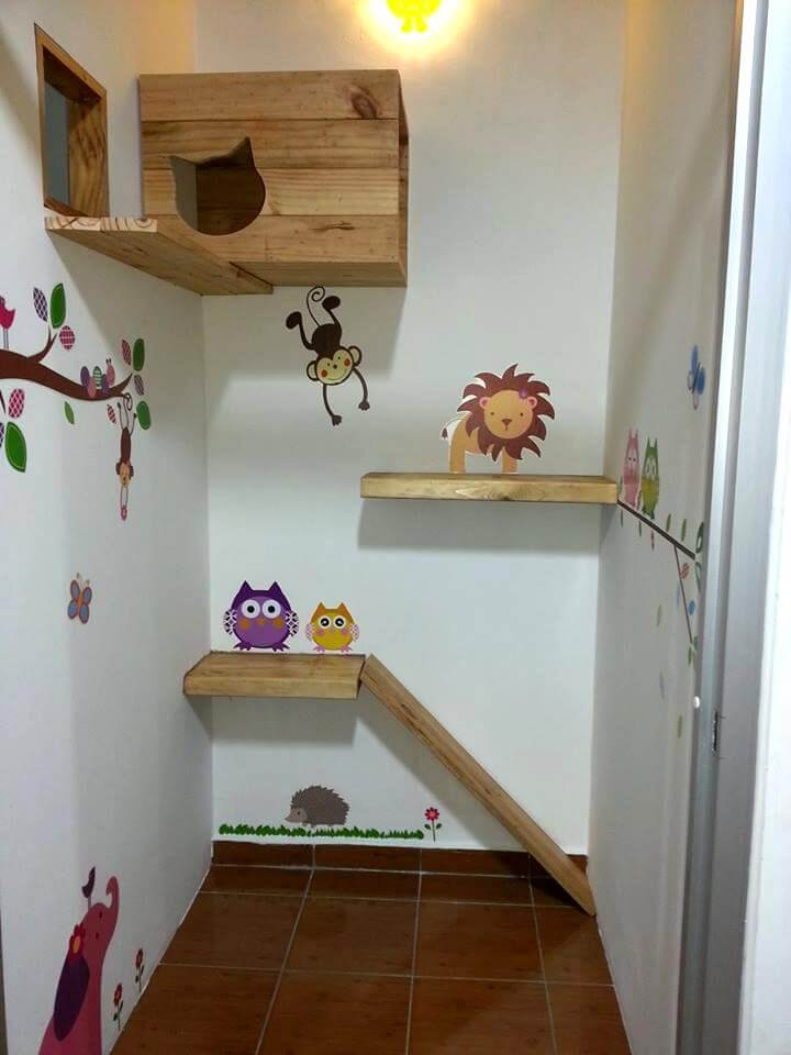 Wooden pallet car play station,