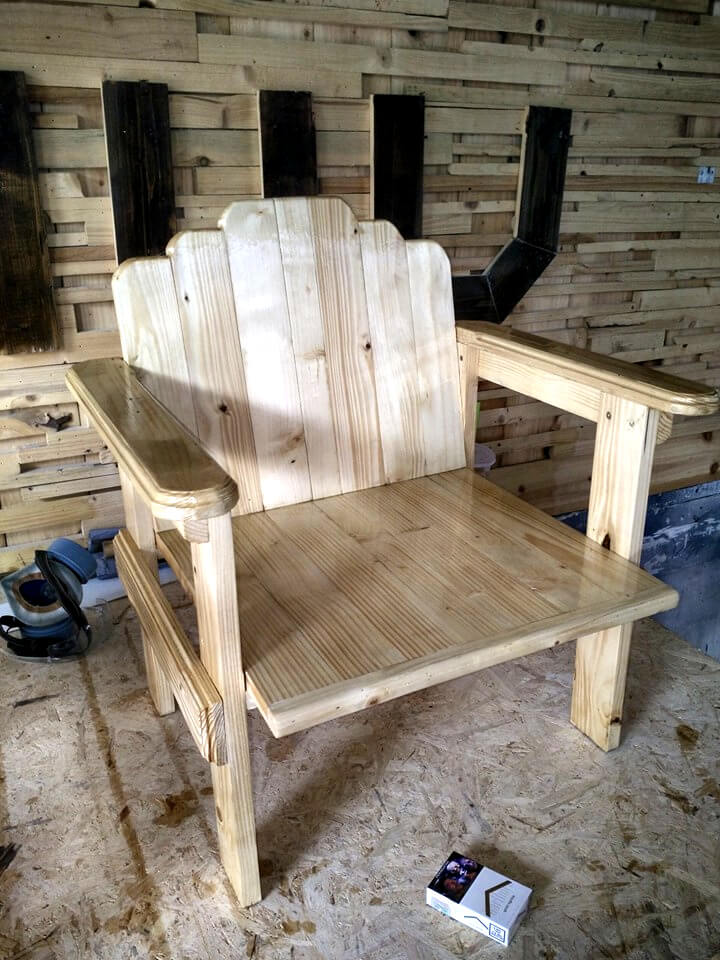 recycled pallet chair with artful back