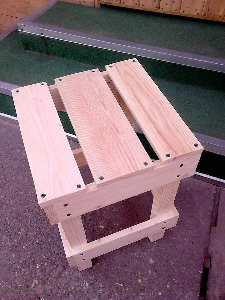 Stool made of pallets wood pallet furniture diy for Stools made from pallets