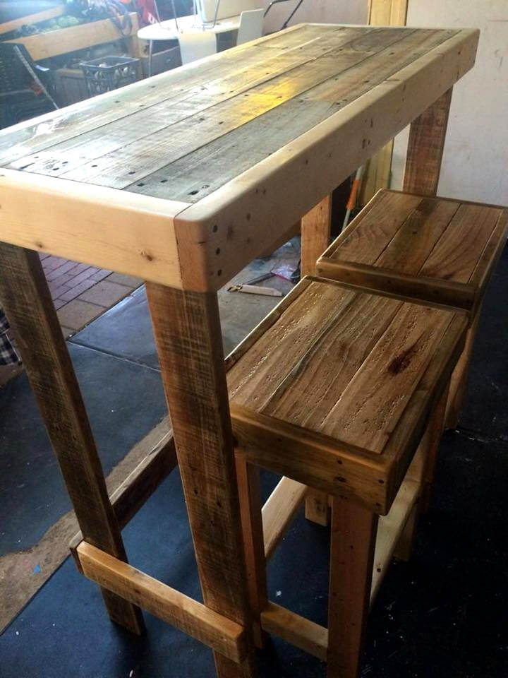 Pallet lunch bar with stools pallet furniture diy for Table haute palette