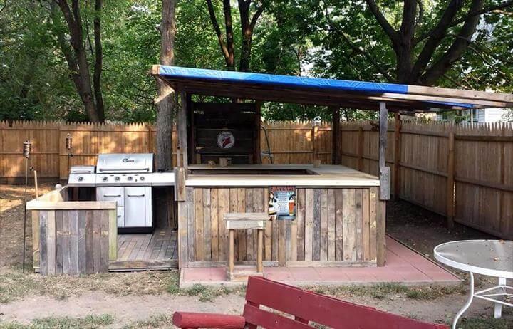 70 pallet ideas for home decor pallet furniture diy for Pallet garden furniture bar