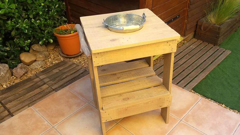 DIY pallet ice bucket table